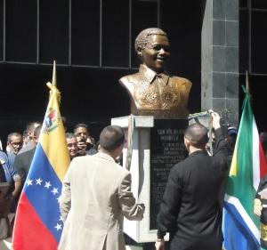 develación de busto de Mandela